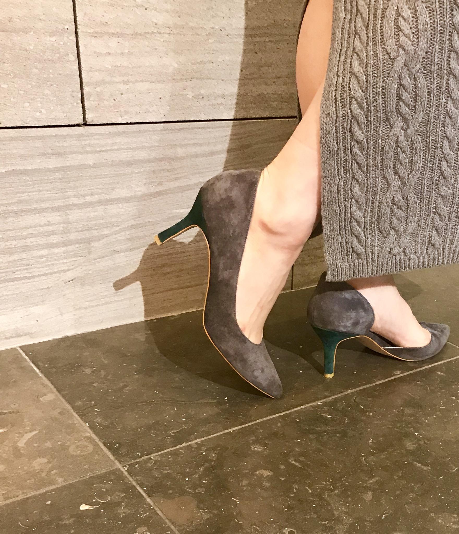 スクラップブック Scrap Book アトネックバイスクラップブック 有楽町マルイ 可愛い パンプス レザーパンプス スウェードパンプス アシメントリー 豚革 神戸 靴職人 インソールクッション バイカラー ピンヒール